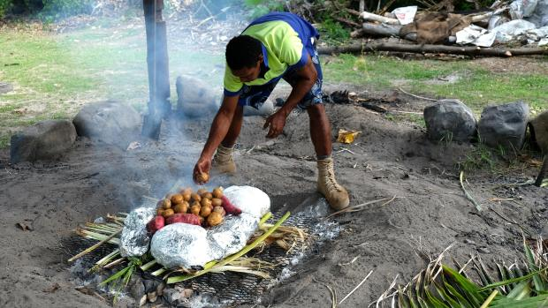 cooking-lovo-in-fiji-3