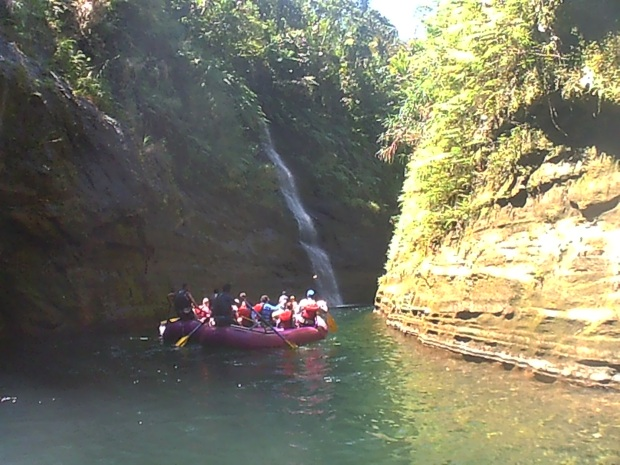 waterfalls-on-the-upper-navua-river-fiji-white-water-rafting